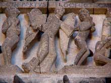 Autun, cathédrale saint Lazare: la façade occidentale: le linteau. Partie centrale. Un ange armé d'une épée procède, avant même le jugement céleste, au partage entre élus et réprouvés
