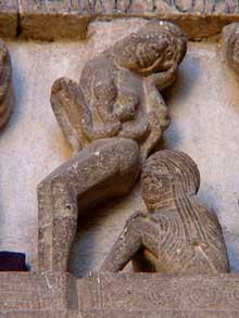 Autun, cathédrale saint Lazare: la façade occidentale: le linteau. Partie droite: les damnés. Un ivrogne et une femme de mauvaise vie dévorée par deux serpents