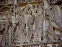Autun, cathédrale saint Lazare: la façade occidentale: le tympan, partie droite du Christ: le groupe des élus de la première heure avec saint Pierre menant un élu au paradis