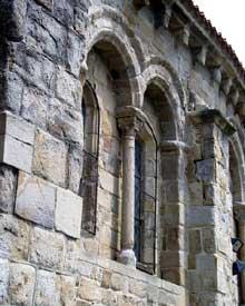 Auzon en Haute Loire: la collégiale saint Laurent, de la seconde moitié du XIIè. Détail du chevet