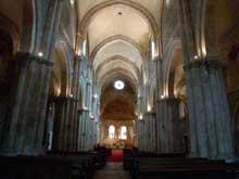 Avallon: collégiale saint Lazare: la nef centrale de 6 travées est voûtée d'arêtes