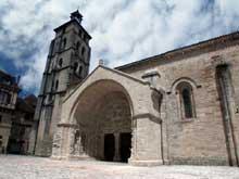 Beaulieu sur Dordogne. L'abbatiale, fin XIè – XIIè. Le clocher et le porche côté sud