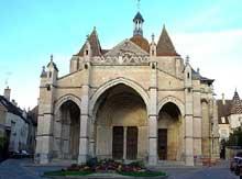Beaune: la collégiale Notre Dame est construite au XIIè sur les plans de Cluny. La façade