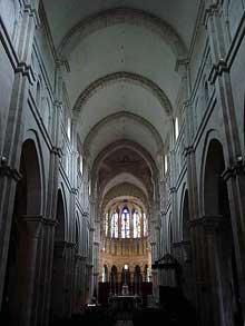Beaune: la collégiale Notre Dame est construite au XIIè sur les plans de Cluny. La nef centrale à berceau brisé