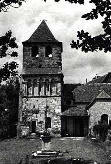 Bessuéjouls (Aveyron):l'église Saint-Pierre. Le clocher porche, face sud.