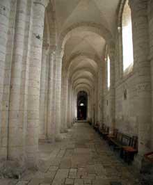 Saint Martin de Boscherville: l'abbatiale Saint Georges. Le collatéral sud voûté d'arêtes