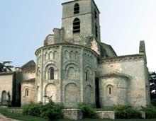 Bourg Charente. Eglise du Prieuré Saint Jean. Le chevet de l'église.