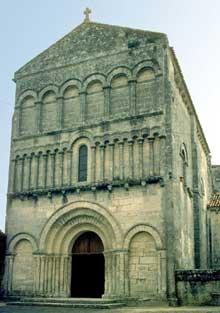 Bourg Charente. Eglise du Prieuré Saint Jean. La façade.