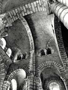 Champagne en Ardèche: l'église romane Saint Pierre. Couverture de coupoles sur trompes, chaque coupole s'étendant sur deux travées. A gauche, galerie reliant les tribunes