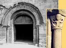 Champdieu en Loire: le prieuré bénédictin saint Domnin. Portail et détail: chapiteau aux sirènes