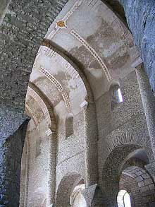 Chapaize (Saône et Loire): l'église paroissiale saint Martin. La nef avec sa voûte en berceau plein cintre et ses arcs doubleaux