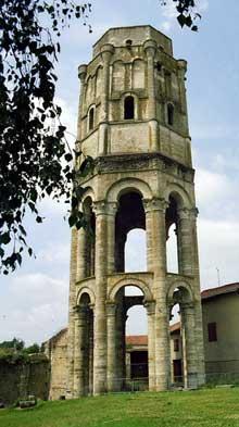 Charroux, abbaye bénédictine de Saint Sauveur. La tour centrale