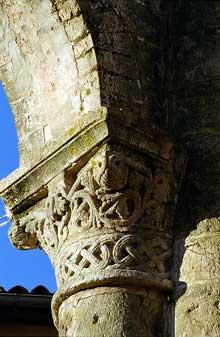 Charroux, abbaye bénédictine de Saint Sauveur. La tour centrale: chapiteaux