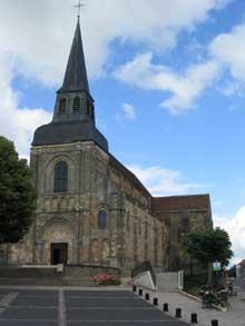 Châteaumeillant dans le Cher: l'église saint Genès.