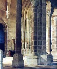 Châteaumeillant dans le Cher: l'église saint Genès. La nef.