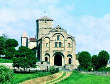 Chatel-Montagne (Allier): l'église prieurale. La façade.