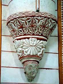 Chauvigny (Vienne): l'église saint Pierre les Châteaux. Console d'une nervure de la croisée.