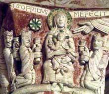 Chauvigny (Vienne): l'église saint Pierre les Châteaux. Chapiteau du déambulatoire: l'adoration des mages avec la signature du sculpteur «Gofridus me fecit
