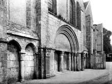 Chézal-Benoît (Cher): l'ancienne église abbatiale saint Pierre. Façade occidentale