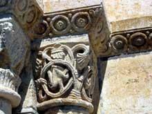 Chézal-Benoît (Cher): l'ancienne église abbatiale saint Pierre. Portail ouest, détail des chapiteaux des piedroits