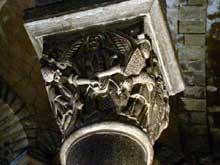 Clermont Ferrand: Notre Dame du Port: chapiteau du chœur: les vices terrassés