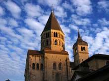 Cluny: vestiges de l'abbatiale: tour du transept sud et le clocher de l'Eau Bénite