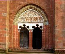 Collonges la Rouge (Corrèze): l'église. Le portai