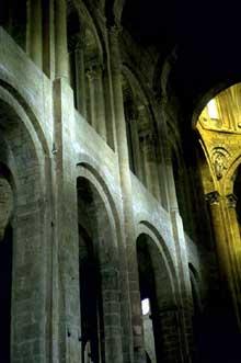 Conques en Aveyron: Sainte Foy, l'intérieur de l'abbatiale. Elévation de la nef, coté nord.