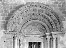 Coustouges (Pyrénées Orientales): l'église sainte Marie. Le portail intérieur