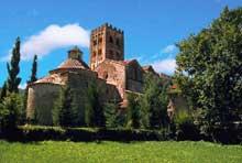 Saint Michel de Cuxa (au pied du Canigou, dans les Pyrénées orientales: vue générale. Une des plus anciennes abbatiales préromanes encore bien conservée (950-974