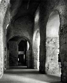 Saint Michel de Cuxa: bas côté de l'abbatiale