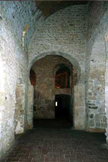Saint Michel de Cuxa: bas coté de l'abbatiale avec arc outrepassé