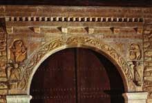 Saint Michel de Cuxa: l'abbatiale: le cloître, portail d'entrée de la galerie est