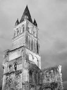 Déols (Indre): l'abbaye Notre Dame de Bourg-Dieu. Le clocher