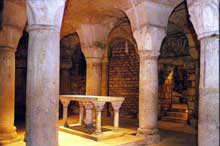 Abbatiale sainte Bénigne de Dijon: la crypte, partie basse de la rotonde de Guillaume de Volpiano
