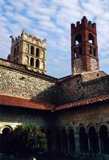 Elne, ancienne cathédrale sainte Eulalie. Vue sur la façade occidentale depuis le cloître