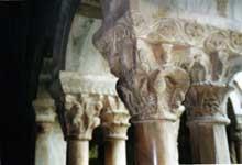 Elne, ancienne cathédrale sainte Eulalie. Chapiteaux à griffons du cloître
