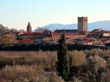Espira de l'Agly (Pyrénées Orientales): l'église sainte Marie. A gauche, le prieuré
