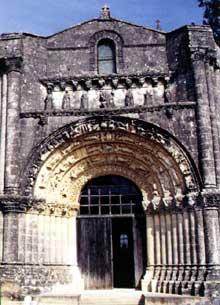 Fenioux (Charente Maritime): l'église saint Pierre: portail