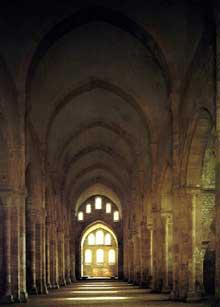 Fontenay en Côte d'Or: l'abbaye cistercienne: la nef de l'abbatiale avec sa voûte en berceau brisé