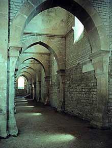 Fontenay en Côte d'Or: l'abbaye cistercienne: le bas-côté sud voûté en berceaux transversau