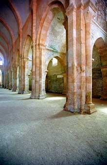 Fontenay en Côte d'Or: l'abbaye cistercienne: façade occidentale de l'abbatiale