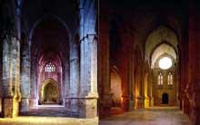L'abbaye de Fontfroide: la nef de l'abbatiale et le bas côté à berceaux transversaux