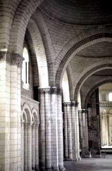 La nef de l'abbatiale de Fontevrault est entièrement voûtée de coupoles