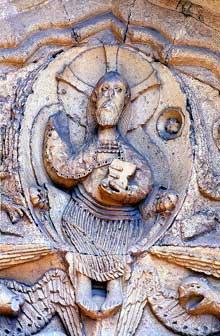 Ganagobie (Basses Alpes): le prieuré bénédictin. Détail du tympan: leChrist du jugement dans sa mandorle