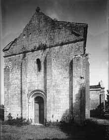 Geay (Charente Maritime): Prieuré  Notre Dame de l'Assomption. La façade occidentale.