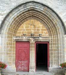 Gigny (Jura): ancienne église abbatiale saint Taurin. Le portail