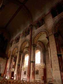 Issoire (Puy du Dôme), saint Austremoine: élévation de la nef. Eclairage indirect
