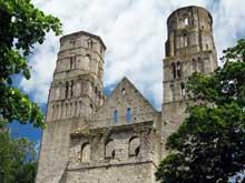 Jumièges (Seine Maritime): abbatiale Notre Dame. Façade occidentale