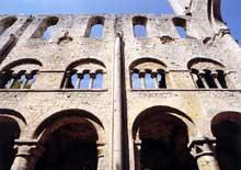 Jumièges (Seine Maritime): abbatiale Notre Dame. Elévation de la nef avec alternance des supports